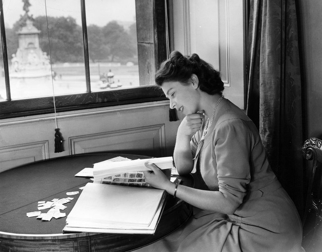 Một loạt ảnh hiếm thời trẻ của Nữ hoàng Anh cho thấy bà đích thực là tuyệt sắc giai nhân với khí chất khó ai sánh bằng - ảnh 6