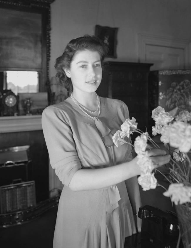 Một loạt ảnh hiếm thời trẻ của Nữ hoàng Anh cho thấy bà đích thực là tuyệt sắc giai nhân với khí chất khó ai sánh bằng - ảnh 7