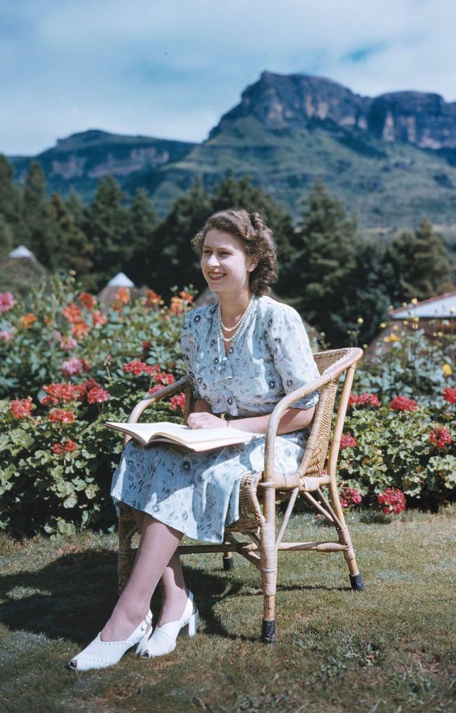Một loạt ảnh hiếm thời trẻ của Nữ hoàng Anh cho thấy bà đích thực là tuyệt sắc giai nhân với khí chất khó ai sánh bằng - ảnh 8