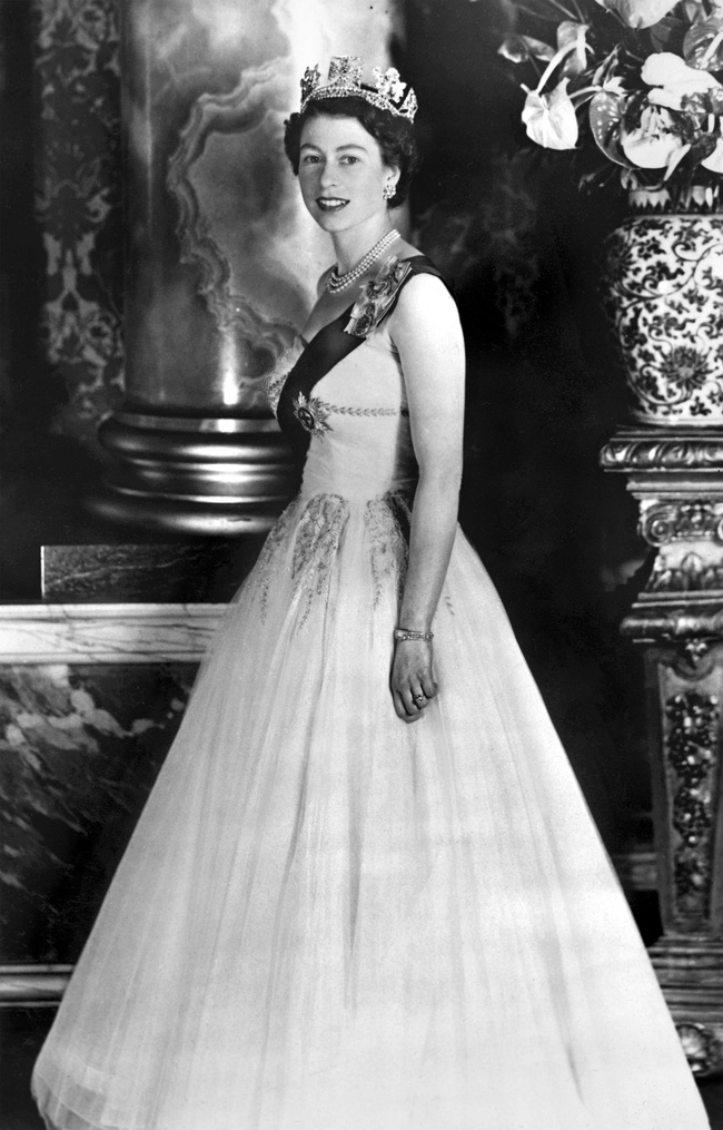 Một loạt ảnh hiếm thời trẻ của Nữ hoàng Anh cho thấy bà đích thực là tuyệt sắc giai nhân với khí chất khó ai sánh bằng - ảnh 9