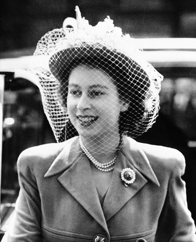 Một loạt ảnh hiếm thời trẻ của Nữ hoàng Anh cho thấy bà đích thực là tuyệt sắc giai nhân với khí chất khó ai sánh bằng - ảnh 10