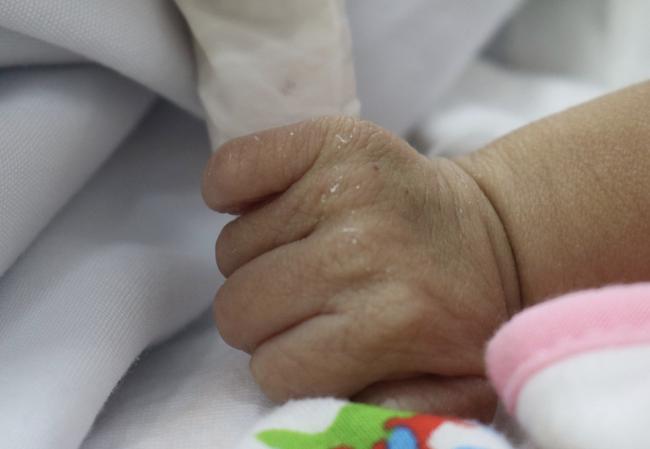 TP.HCM: Xót xa bé trai sơ sinh bệnh nặng bị cha mẹ bỏ rơi, bàn tay yếu ớt bấu chặt giường bệnh tìm sự sống - ảnh 1