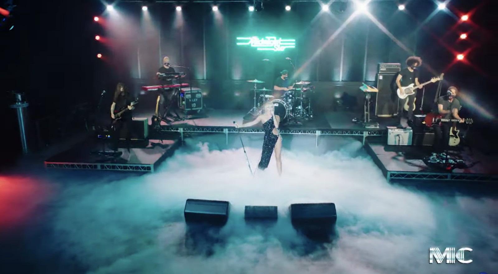 Dân tình rụng tim với chiếc đầm hiểm hóc Miley Cyrus vừa diện, nào ngờ đó là thiết kế của Công Trí - Ảnh 1.