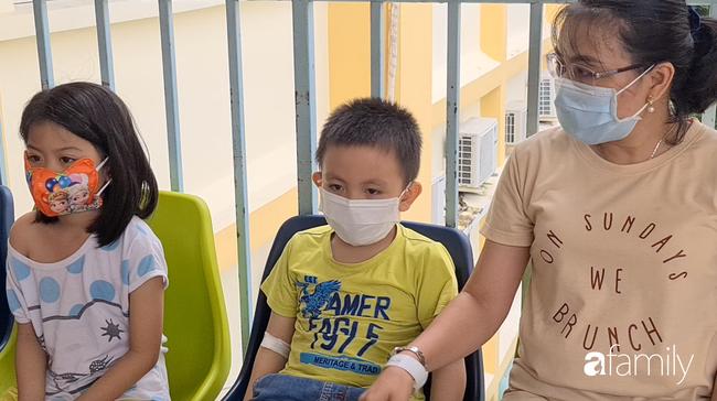 Hàng chục trẻ nghi ngộ độc sau bữa ăn ở trường tiểu học: Số người nhập viện tăng lên thành 45, trong đó có 2 giáo viên - Ảnh 1.