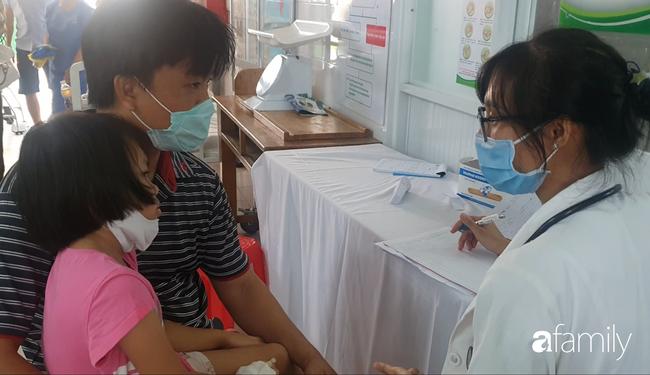 Hàng chục trẻ nghi ngộ độc sau bữa ăn ở trường tiểu học: Số người nhập viện tăng lên thành 45, trong đó có 2 giáo viên - Ảnh 3.