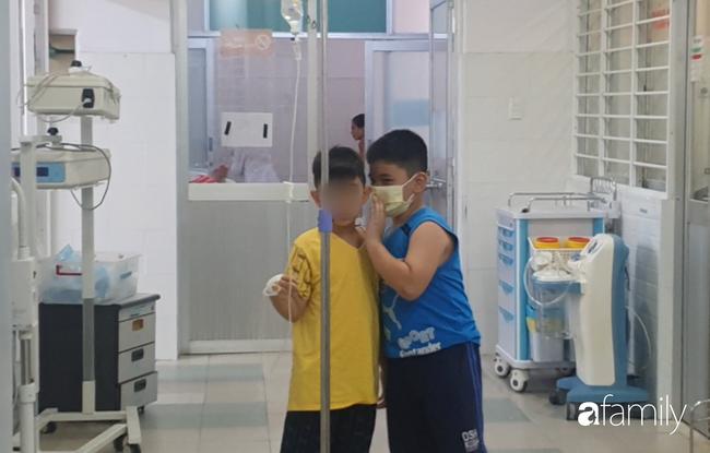 Hàng chục trẻ nghi ngộ độc sau bữa ăn ở trường tiểu học: Số người nhập viện tăng lên thành 45, trong đó có 2 giáo viên - Ảnh 5.