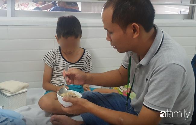 Hàng chục trẻ nghi ngộ độc sau bữa ăn ở trường tiểu học: Số người nhập viện tăng lên thành 45, trong đó có 2 giáo viên - Ảnh 6.