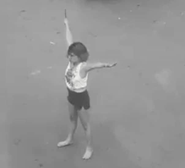 TP.HCM: Cô gái nghi ngáo đá cầm dao phân luồng giao thông khiến nhiều người sợ hãi - ảnh 1