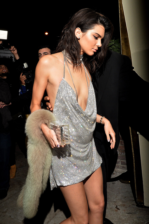 """Ngọc Trinh diện váy giống hệt Kendall Jenner 4 năm trước: Màn so kè da trắng - da nâu lại khiến dân tình phải """"cân não"""" mà so sánh - Ảnh 7."""
