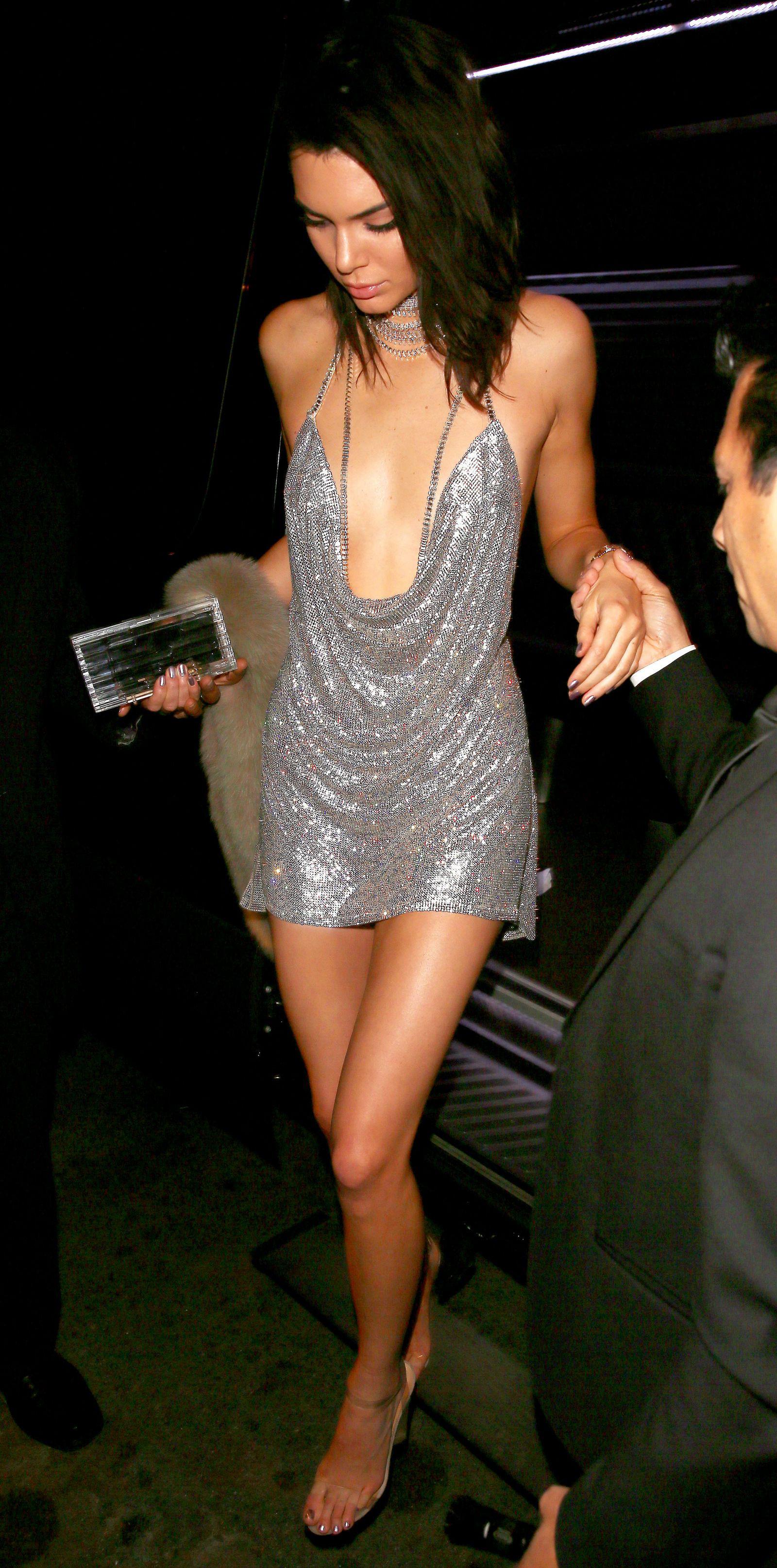 """Ngọc Trinh diện váy giống hệt Kendall Jenner 4 năm trước: Màn so kè da trắng - da nâu lại khiến dân tình phải """"cân não"""" mà so sánh - Ảnh 4."""