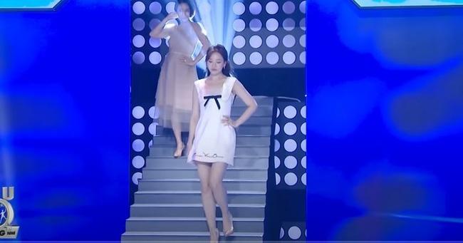 """Hari Won suýt hớ hênh vì trượt chân ngã ngay trên sân khấu, Trấn Thành chứng kiến nhưng lại có phản ứng khiến vợ """"giận tím mặt"""" - ảnh 2"""