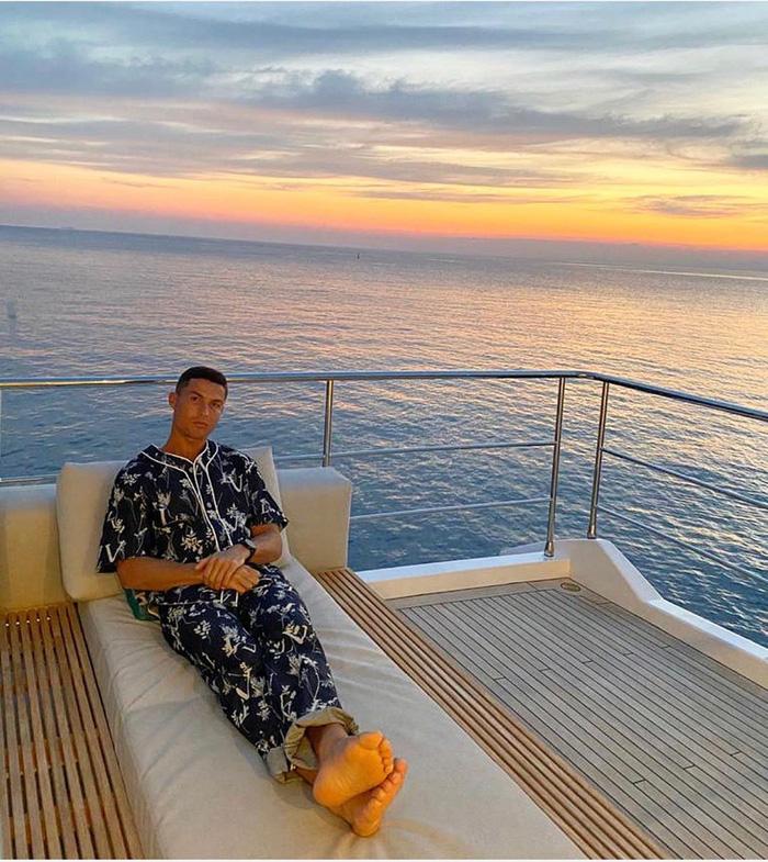 Ronaldo bất ngờ thay đổi phong cách sống ảo, fan hỏi thăm: Mặc áo ngủ đắt tiền sao mặt vẫn nhăn nhó thế này? - Ảnh 1.