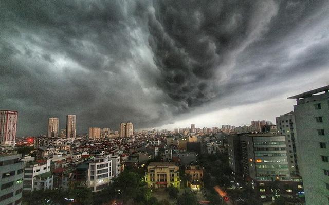 Cảnh báo: Hà Nội chuẩn bị mưa dông, trong cơn mưa khả năng xuất hiện lốc, sét và gió giật mạnh - ảnh 1