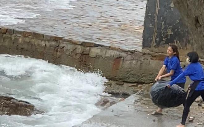 Clip: Nhân viên quán cafe ở Vũng Tàu thản nhiên kéo bao rác ném thẳng xuống biển khiến nhiều người phẫn nộ - ảnh 1