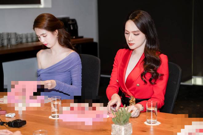 Netizen gào thét vì Hương Giang mặc vest giấu quần táo bạo, biến Ngọc Trinh thành nữ phụ trong một khung hình - ảnh 3