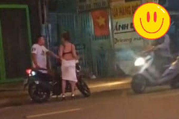 Xôn xao clip cô gái lột váy giữa đường, nghi do bị bạn trai chia tay đòi quà vì không chịu đi nhà nghỉ - ảnh 1
