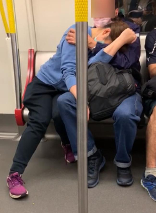 Cộng đồng mạng dậy sóng với hai cặp đôi thoải mái sờ soạng nhau nơi đông người khiến ai xung quanh cũng ngượng đỏ mặt - ảnh 2