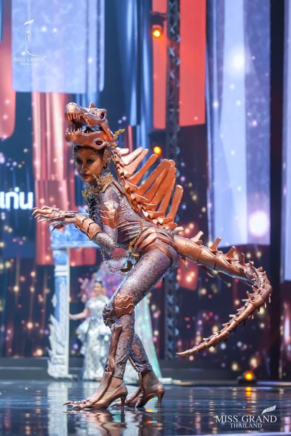 MXH náo loạn vì quốc phục có 1-0-2 tại Miss Grand ThaiLand 2020: Hết chợ nổi, bưởi da xanh đến... xương khủng long đem hết lên sân khấu - ảnh 4
