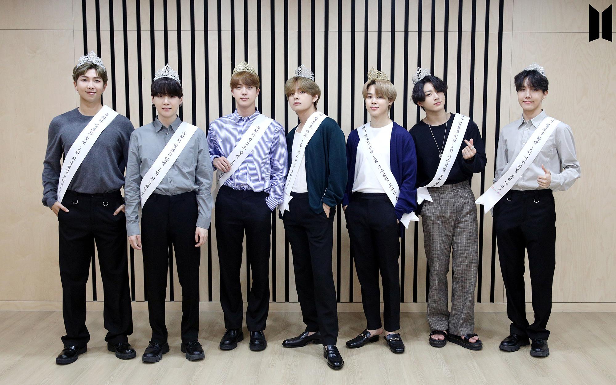 """Đạt đỉnh cao sự nghiệp, BTS đội vương miện và đeo khẩu hiệu đậm mùi cà khịa: """"Trông chúng tôi giống nghệ sĩ đạt #1 Billboard lắm hay gì?"""""""