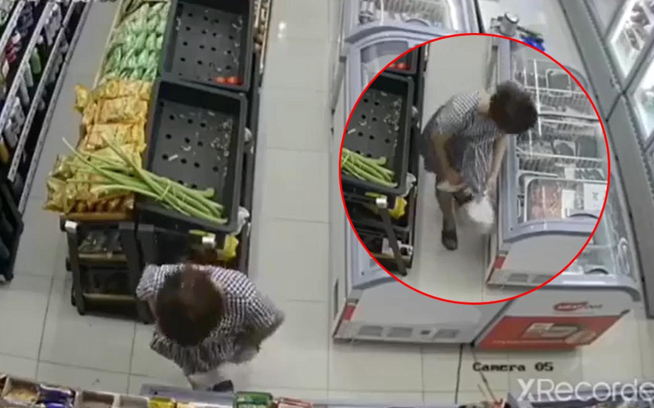 Clip: Người phụ nữ giả vờ mua đồ trong siêu thị, nhanh tay giấu 2 khay tôm sú vào trong... váy khiến nhiều người ngán ngẩm