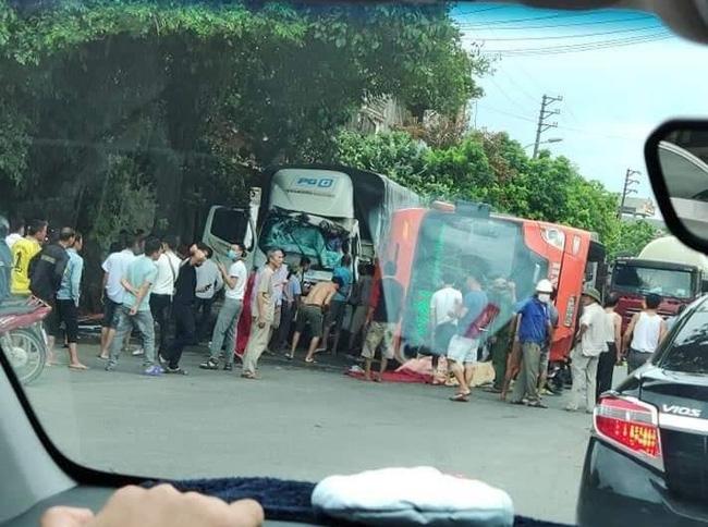 Ninh Bình: Xe khách mất lái lật giữa quốc lộ, đè tử vong cụ bà đi xe đạp điện - ảnh 1