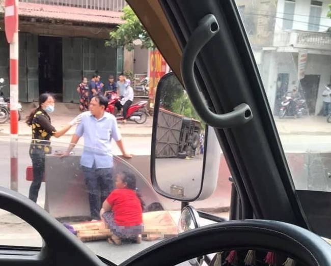 Ninh Bình: Xe khách mất lái lật giữa quốc lộ, đè tử vong cụ bà đi xe đạp điện - ảnh 2