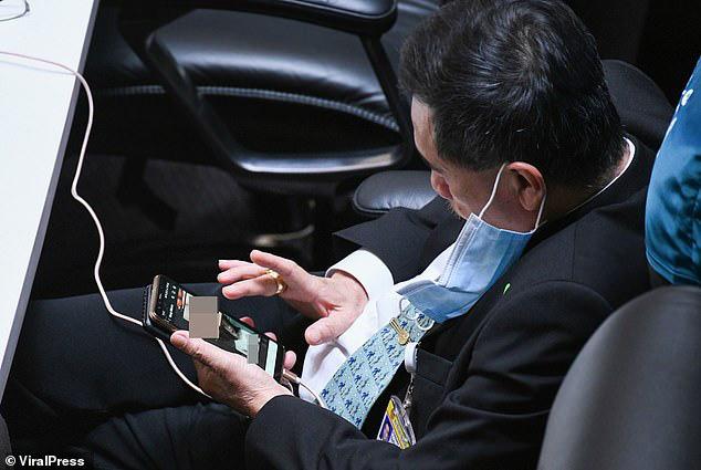 Nghị sĩ Thái Lan bị bắt quả tang xem ảnh khỏa thân khi đang họp quốc hội - ảnh 2