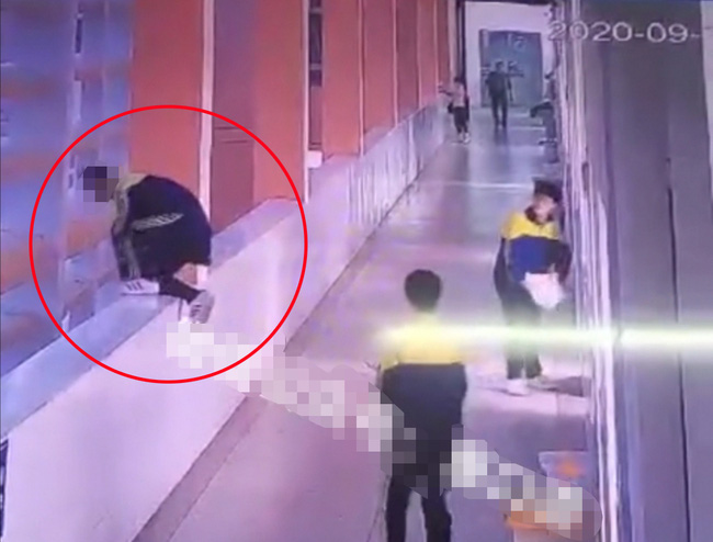 Bị cô giáo mắng vốn, mẹ tức giận tát và bóp cổ con trai trước mặt bạn học, 3 phút sau con nhảy lầu dẫn đến tử vong - ảnh 2