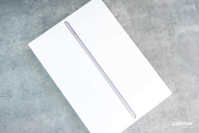 Trên tay iPad 8 tại VN: Chip A12 Bionic và sạc nhanh vớt vát thiết kế nhàm chán - ảnh 1