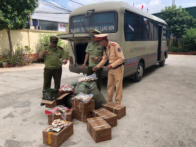 Phát hiện 2.000 chân gà không rõ nguồn gốc nhập lậu vào Việt Nam - ảnh 2