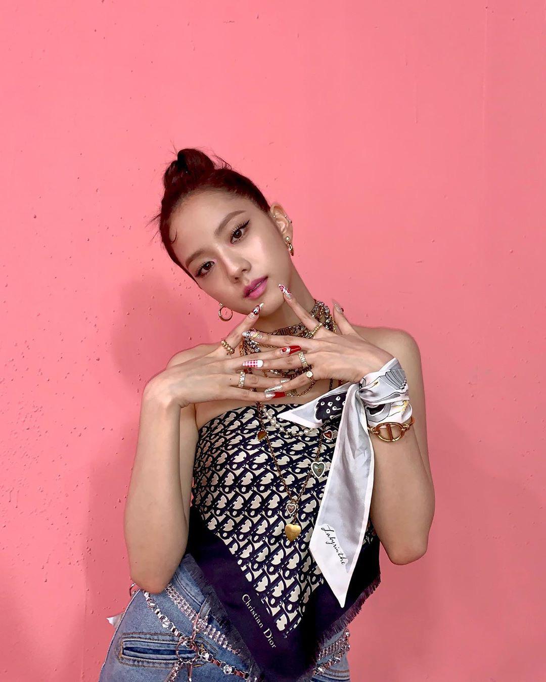 Lên đồ gần như giống hệt nhau, Minh Hằng vẫn hiền khô so với Hoa hậu Jisoo - Ảnh 2.