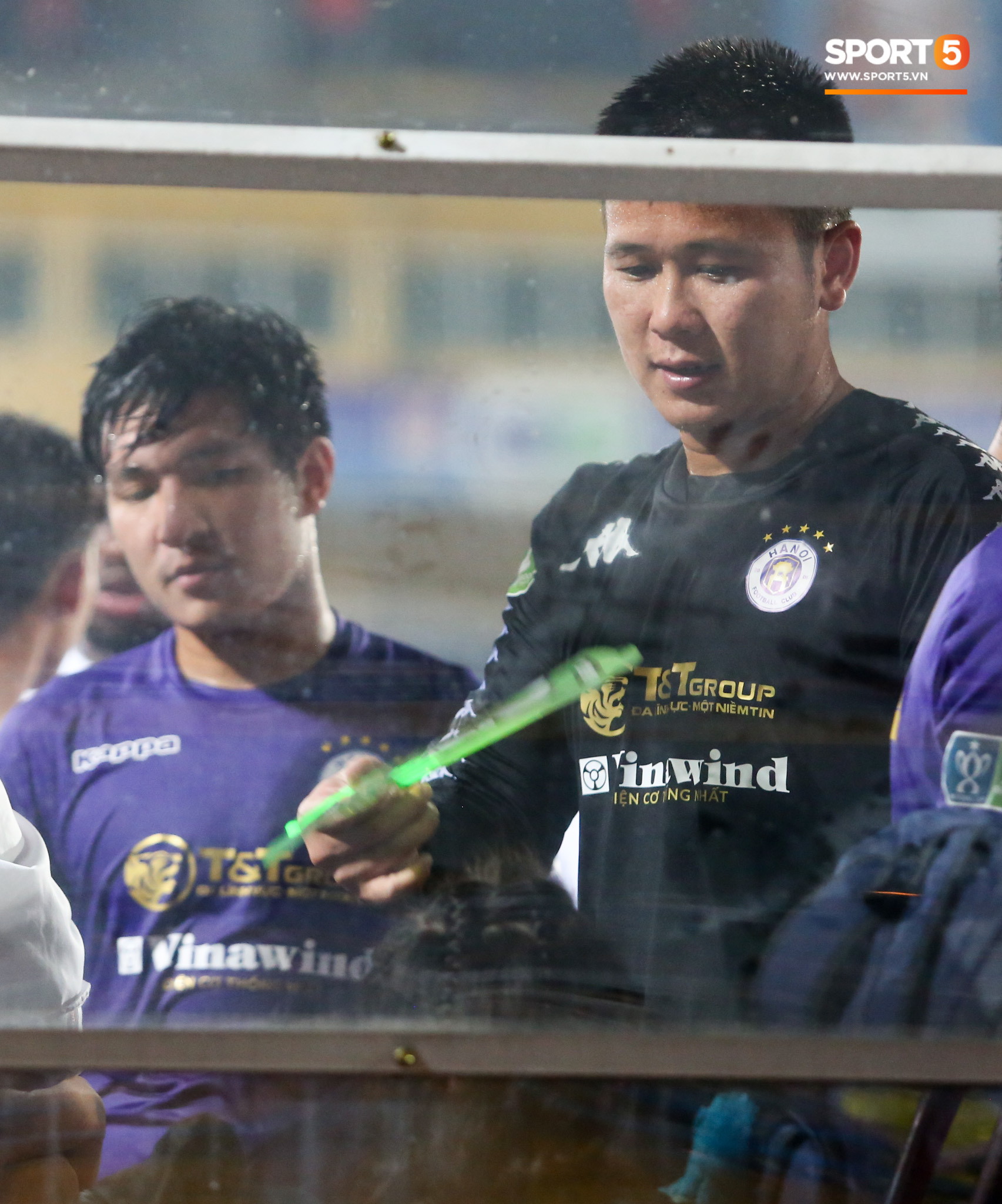 Hình ảnh đàn anh Duy Mạnh cần mẫn đứng quạt cho vợ và con gái, mặc kệ đồng đội ở Hà Nội FC ăn mừng - Ảnh 2.
