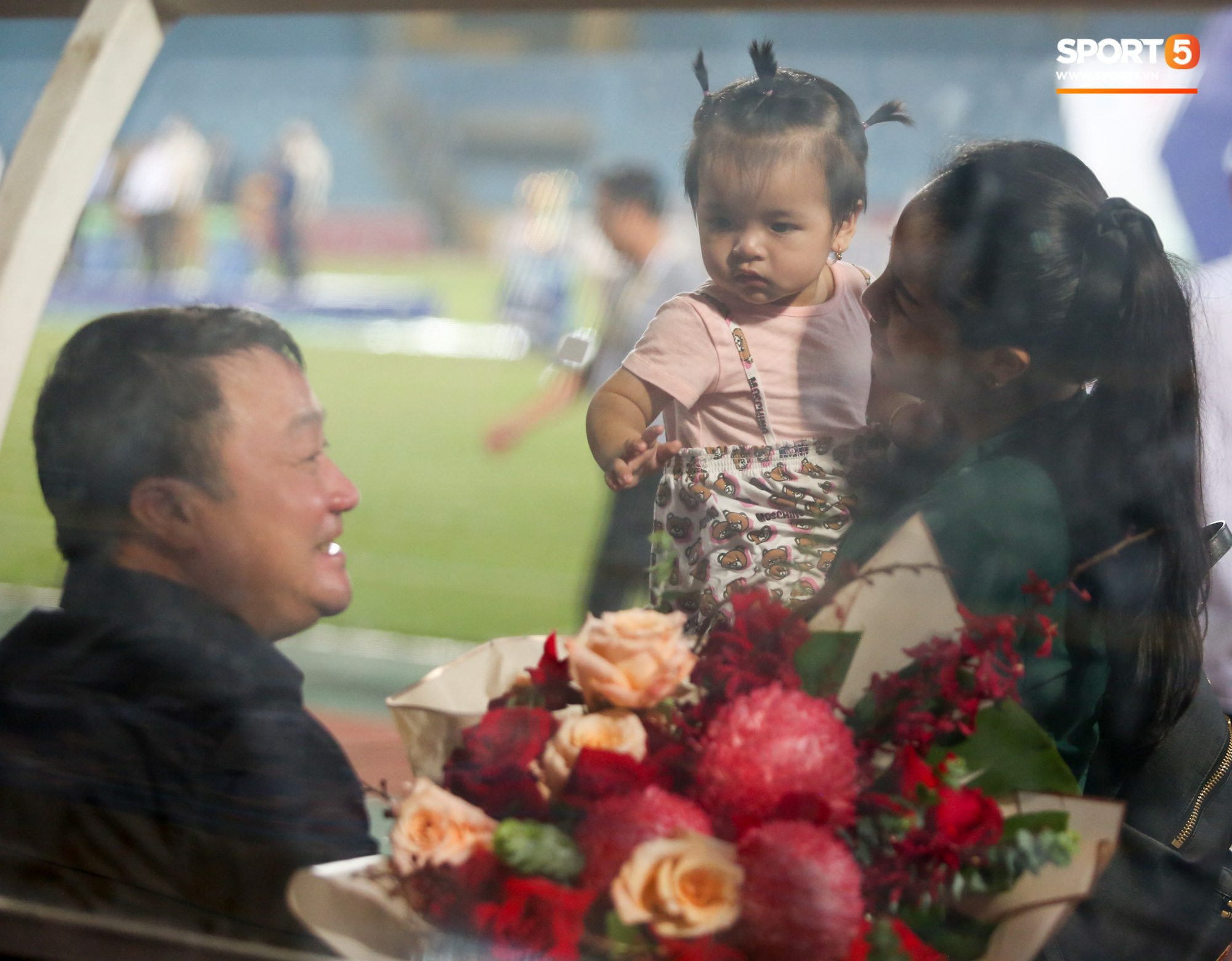Hình ảnh đàn anh Duy Mạnh cần mẫn đứng quạt cho vợ và con gái, mặc kệ đồng đội ở Hà Nội FC ăn mừng - Ảnh 6.