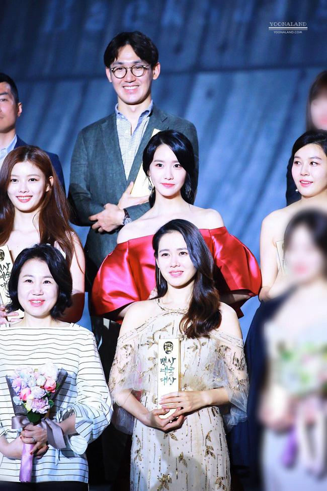 Clip quay vội Yoona (SNSD) ở Baeksang 2017 hot lại vì bữa tiệc visual đỉnh cao, ai dè chị đẹp Son Ye Jin giành luôn spotlight - ảnh 3