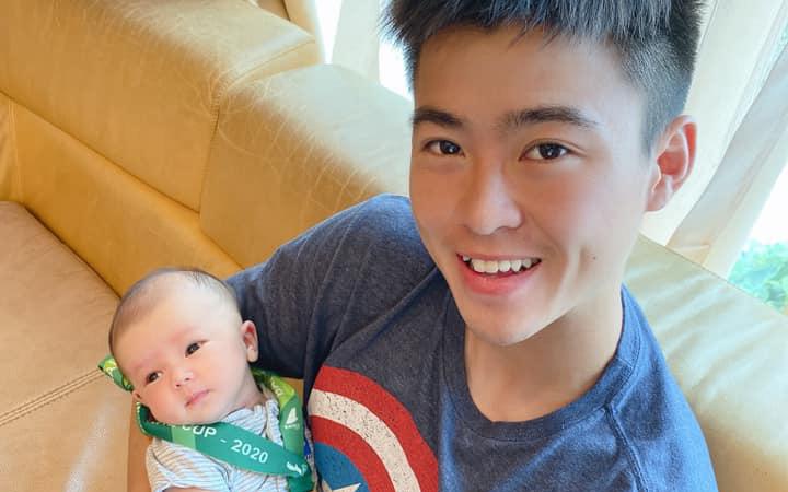 Hơn 1 tháng tuổi, con trai Duy Mạnh đã có huy chương vàng để đeo, biểu cảm cực đáng yêu nom giống bố như tạc