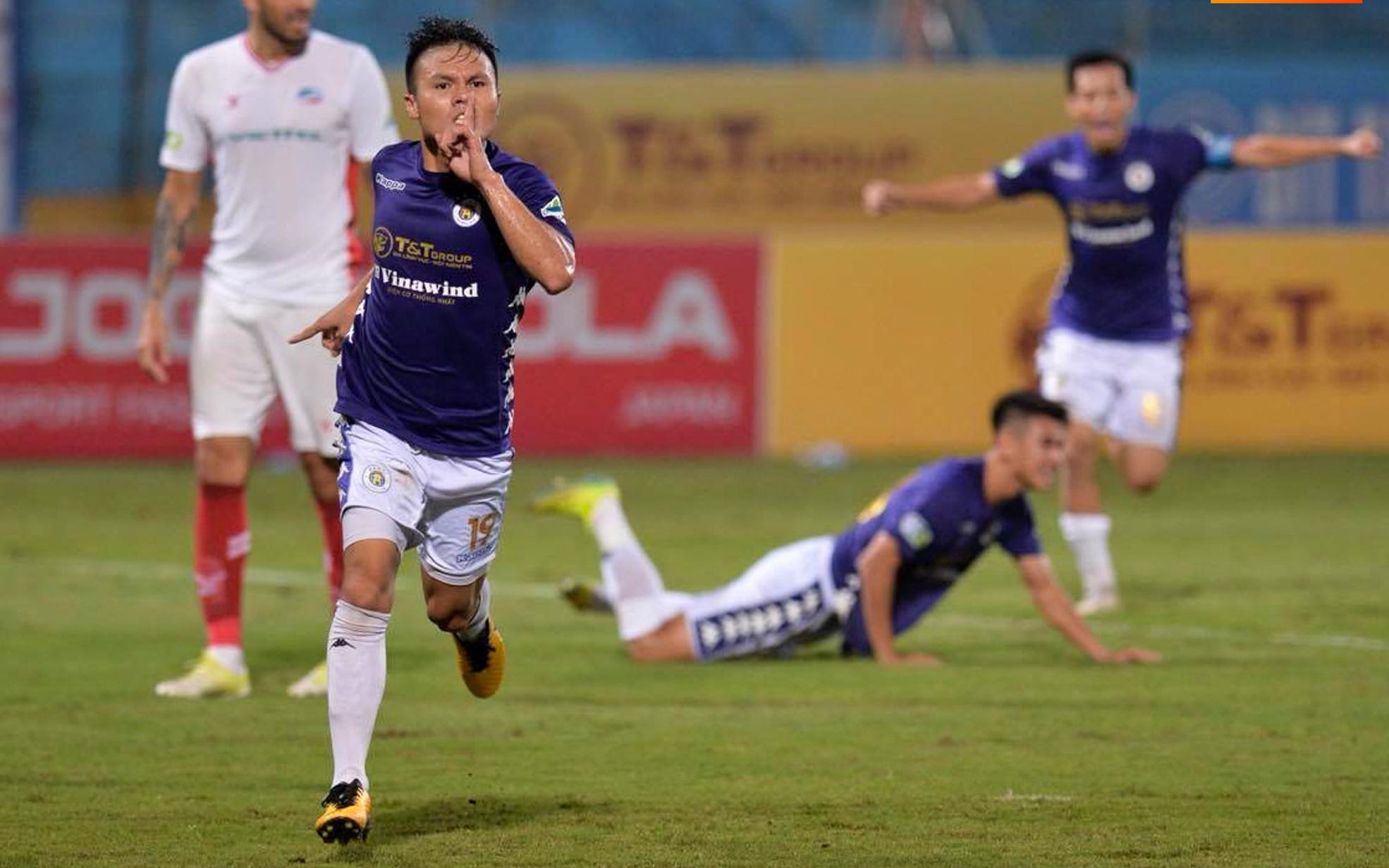 """Quang Hải """"bẻ lái"""" đột ngột khi ăn mừng bàn thắng khiến đồng đội ngã dúi dụi hài hước"""