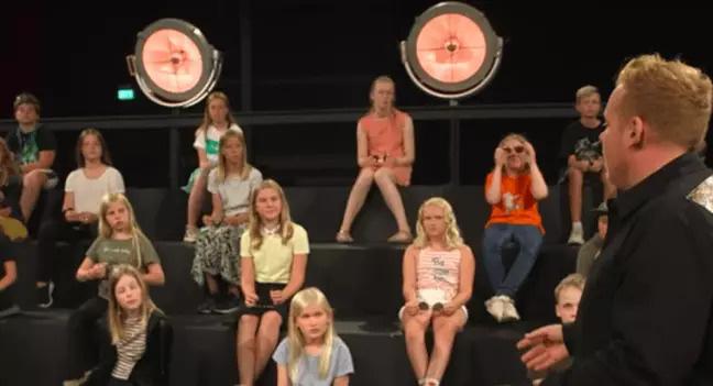 Show truyền hình Đan Mạch gây tranh cãi vì để thí sinh trần như nhộng trước mặt trẻ con - Ảnh 3.