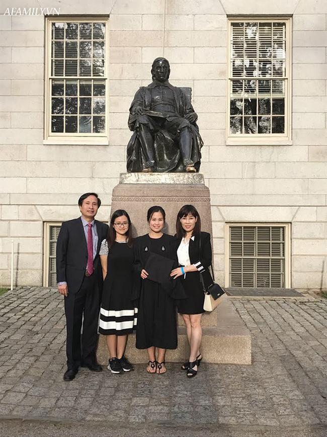 Mẹ là bác sĩ nuôi dạy 2 cô con gái đỗ Đại học Harvard: Không cho con đi học tiếng Anh ở trung tâm mà tự làm một việc cực hiệu quả này - Ảnh 1.
