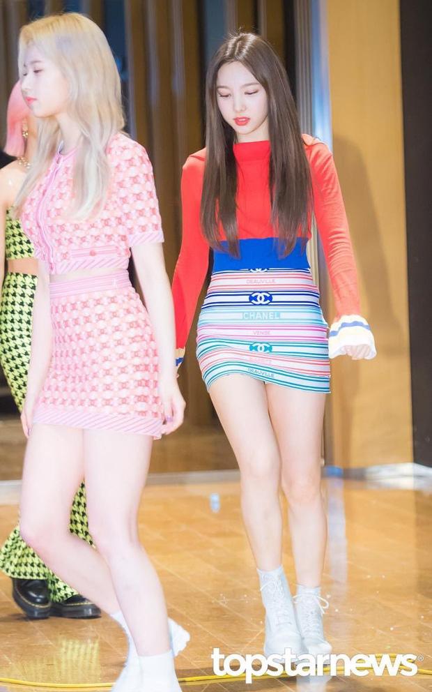 Hương Giang đụng hàng Phượng Chanel và cả dàn sao Kpop: Nhìn qua là biết ai chơi nhất, có nàng còn xén váy ngắn cũn - ảnh 7
