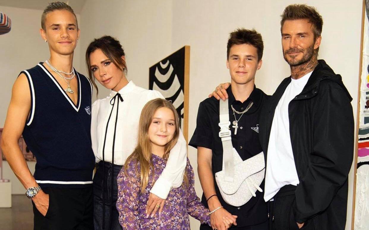 """Nhà Beckham lâu lắm mới khoe ảnh tụ họp, bé Harper chiếm trọn spotlight nhờ nhan sắc và bộ đầm """"bánh bèo"""" tím lịm"""
