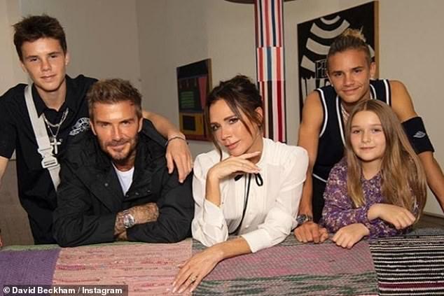 Nhà Beckham lâu lắm mới khoe ảnh tụ họp, bé Harper chiếm trọn spotlight nhờ nhan sắc và bộ đầm bánh bèo tím lịm - ảnh 3