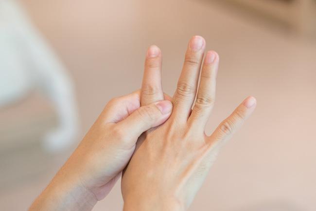 Khi thấy tay chân yếu, tê hoặc mất cảm giác ở một vùng trên cơ thể, cảnh giác với tình trạng này ở dây thần kinh - ảnh 1