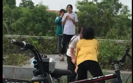 """Clip: Hai thiếu nữ đánh nhau túi bụi, rất nhiều """"nam thanh nữ tú"""" đứng xem nhưng không một ai can ngăn"""