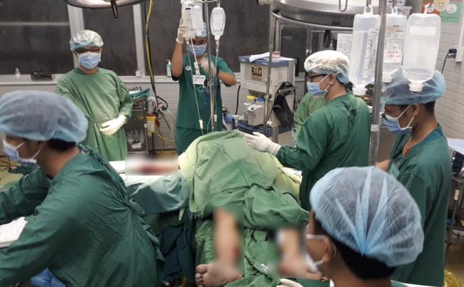 Nạn nhân bị cây xanh bật gốc đè trúng trong mưa lớn ở Sài Gòn chấn thương nặng, đã phẫu thuật gấp - ảnh 1