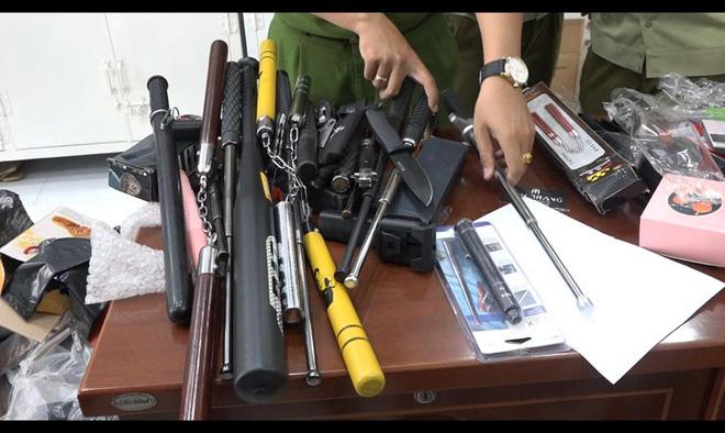 Phát hiện kho vũ khí khủng trong cửa hàng bán túi xách hàng hiệu giả ở Sài Gòn - ảnh 1