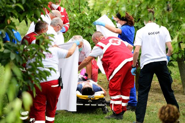 Cua rơ mất lái đâm vào rào chắn và rơi xuống đồi, fan xót xa khi chứng kiến vết thương của nữ VĐV trẻ - ảnh 4