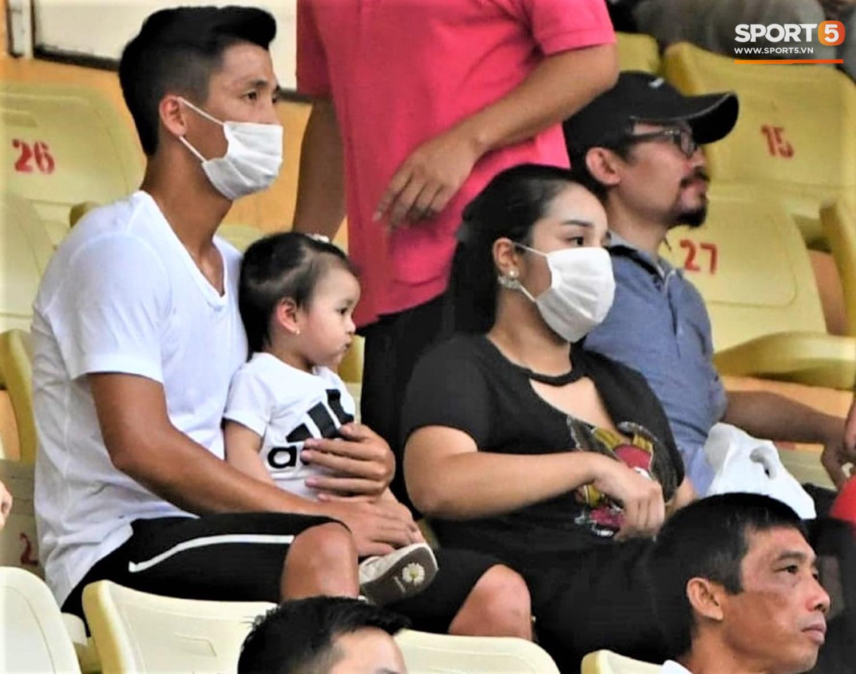Con gái Tiến Dũng túm chặt cổ áo bố khi tới cổ vũ trận CLB Viettel gặp Sài Gòn FC - Ảnh 3.