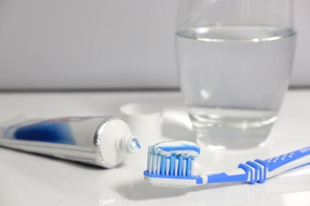 Cô gái có 10 chiếc răng hàm sâu vào tủy chỉ vì thói quen uống nước tai hại mà nhiều người mắc phải - Ảnh 2.