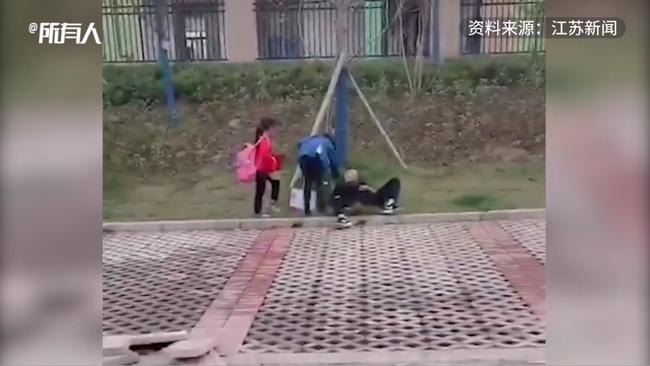 Ông bố bất ngờ nằm bất động bên đường khi đi đón con, con gái hoảng sợ khi gọi mãi không dậy, nguyên nhân đằng sau gây tranh cãi - ảnh 3