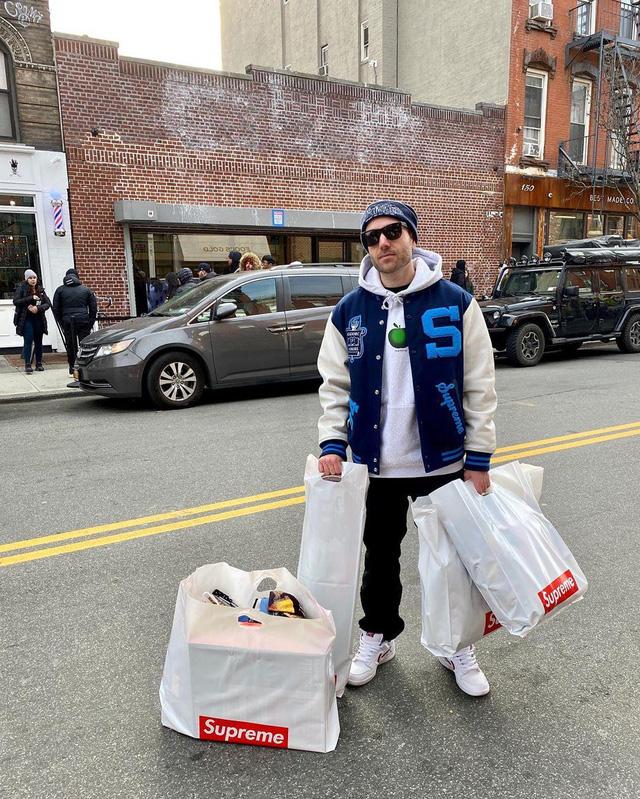 'Khan hiếm chiến lược': Cách Supreme khiến khách hàng tranh nhau mua túi nhựa, gạch, quần áo với giá trên trời so với thực tế - ảnh 4